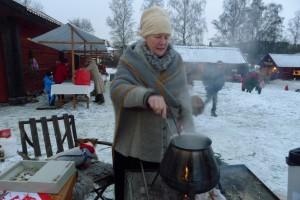 Margareta serverar värmande glögg